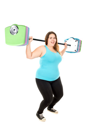 levantando pesas: Hermosas grandes muchacha levantando pesas hechas de peso escalas aisladas en blanco