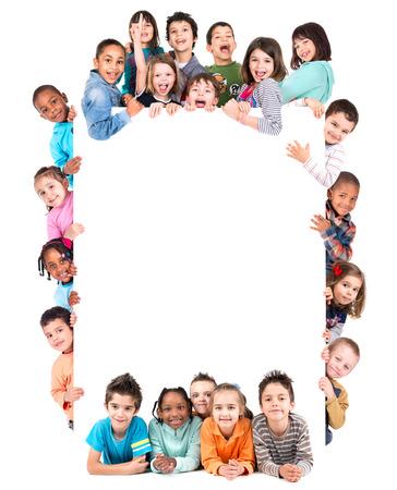 Gruppe von Kindern mit einem weißen Vorstand in weißem Standard-Bild