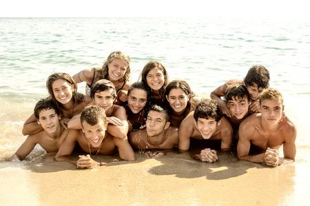 adolescente: Grupo de adolescentes felices en la playa Foto de archivo