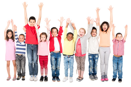 Gruppe von Kindern posiert mit erhobenen Händen isoliert in weiß