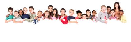 niño escuela: Grupo de niños con un tablero blanco aislado en blanco