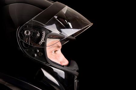 Rennfahrer posiert mit Helm in schwarz isoliert