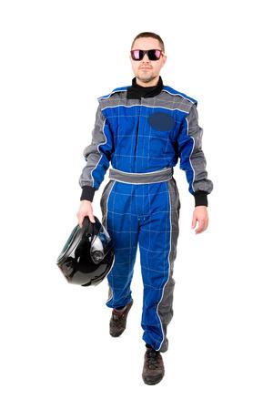 chofer: Racing conductor que presenta con el casco y las gafas de sol aislado en blanco