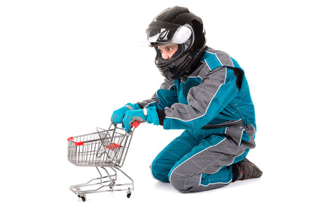 Rennfahrer posiert mit Warenkorb isoliert in weiß