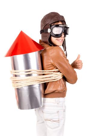 cohetes: Muchacho joven con la casa hecha cohete listo para la aventura