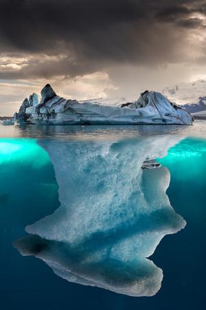 大きな氷山がごく一部浮動水中します。