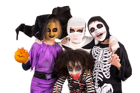 esqueleto: Niños con cara de pintura y disfraces de Halloween aislados en blanco
