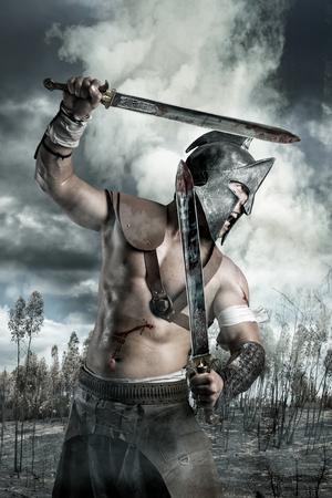 roman: Gladiador en un campo de batalla en las montañas Foto de archivo