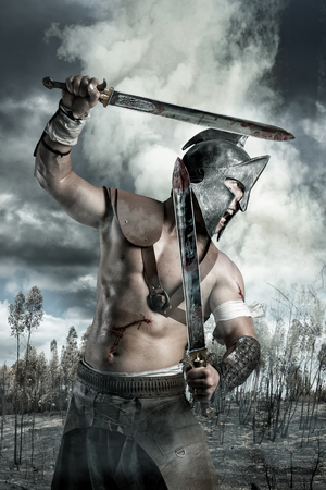 soldati romani: Gladiator in un campo di battaglia tra le montagne