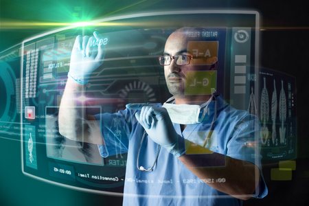 laboratorio: Médico que trabaja con pantallas modernas en un laboratorio