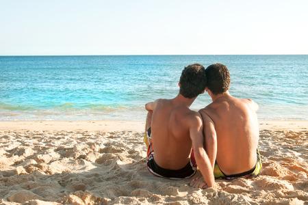 Jungen zusammen in Strand mit Blick auf das Meer Standard-Bild