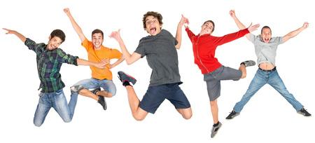 Groupe d'adolescents heureux saut isolés en blanc