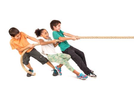 jolie fille: Groupe d'enfants dans un concours de corde de traction