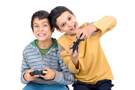 jugando videojuegos: Muchachos que juegan a videojuegos aislados en blanco