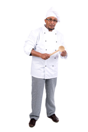 hombre con sombrero: Cocinero de sexo masculino con una cuchara de madera aislada sobre fondo blanco