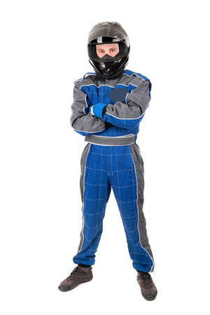 Rennfahrer posiert mit Helm in weiß isoliert