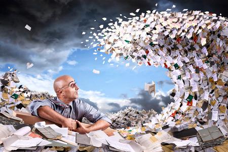 Schipbreukeling zakenman in een zee van documenten en bestanden