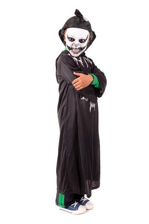 Junge mit Gesicht-Paint und Skeleton Halloween-Kostüm, die isoliert in weiß