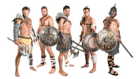 Groep van gladiatoren poseren geïsoleerd in het wit Stockfoto