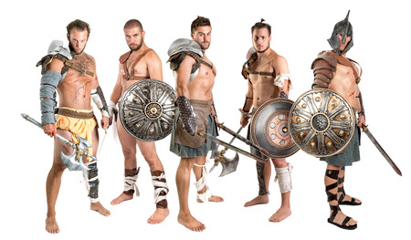 Groupe de gladiateurs posant isolé en blanc