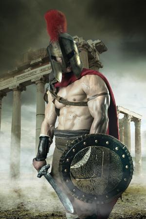 古代の戦士や剣闘士のヘルメットと屋外のポーズ