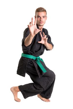 Martial arts student isolerad på en vit bakgrund
