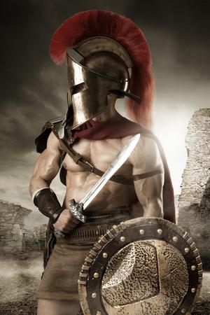 Guerrier ou gladiateur posant à l & # 39 ; extérieur avec casque Banque d'images - 82809026