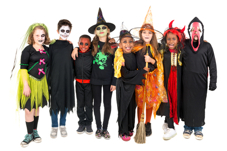 Kinderen met gezichtverf en Halloween kostuums geïsoleerd in wit