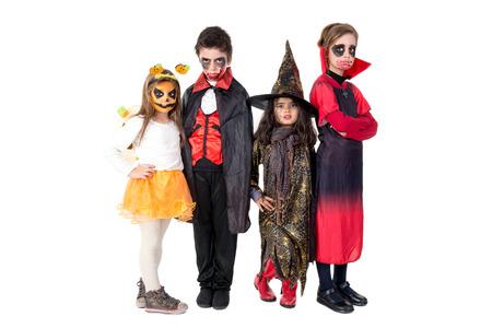 Grupo de niños con cara pintura y disfraces de Halloween Foto de archivo - 83148430