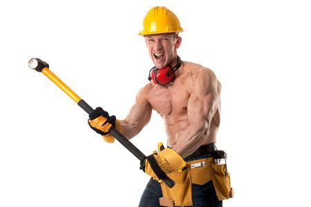 흰색으로 격리하는 큰 망치로 강력한 건설 노동자