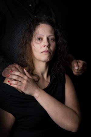가정 폭력의 피해 여성, 남자의 주먹으로. 스톡 콘텐츠