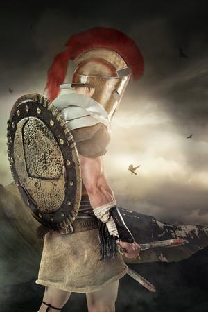 Guerrier antique ou gladiator posant avec des montagnes en arrière-plan Banque d'images - 91051218