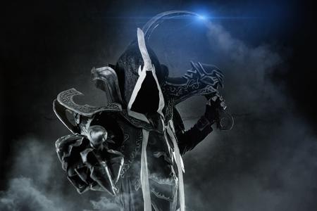 Man in een fantasiekostuum van een donkere demon, cosplay.