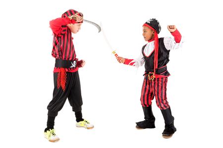 Jonge jongens in piratenkostuums voor Halloween