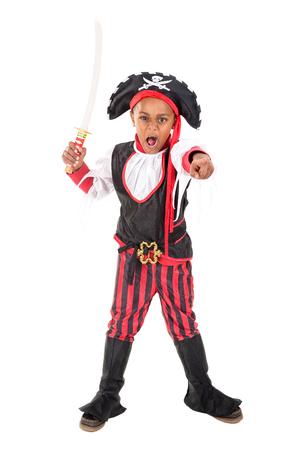 Jonge jongen in piraatkostuum voor Halloween
