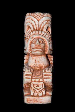 Statue maya isolée sur fond noir