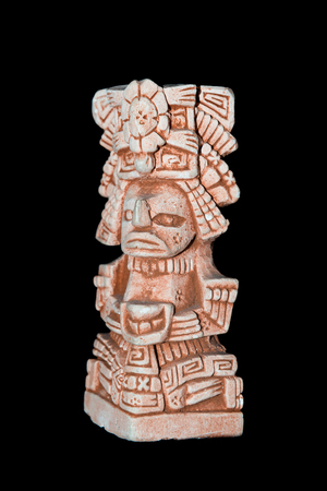 Mayan statue isolated against a black background Stockfoto - 116355111