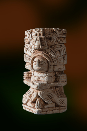 Mayan statue isolated against a black background Stockfoto - 116355189