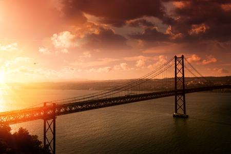 """Ponte """"25 de Abril"""" a Lisbona Portogallo al tramonto Archivio Fotografico"""