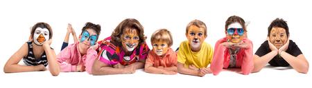 Gruppo di bambini e nonna tutti con pittura per il viso animale isolata in bianco
