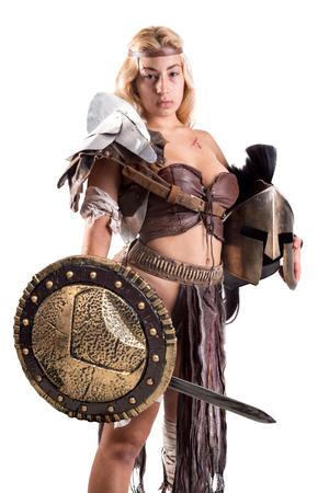 Antigua mujer guerrera o gladiador posando con espada y escudo, aislado en blanco