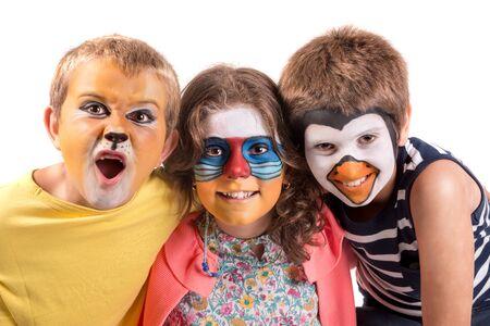 Gruppo di bambini con pittura per il viso di animali isolati in bianco Archivio Fotografico
