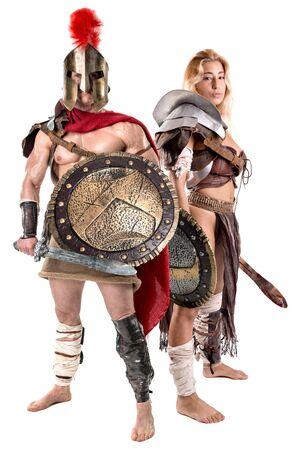 Altes Krieger- oder Gladiatorenpaar posiert in einem weißen Hintergrund