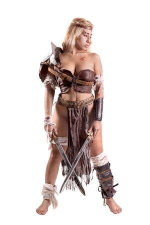 Ancienne guerrière ou gladiateur posant avec épée et bouclier, isolée en blanc Banque d'images