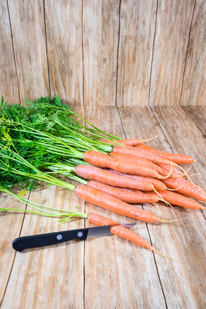 comiendo frutas: bunch of fresh carrots in an old wooden table