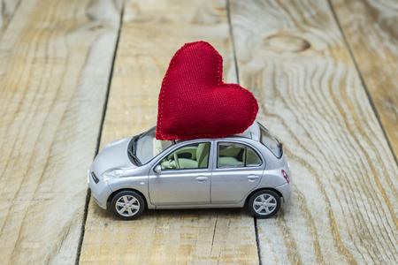 auto met een rood hart op het dak met liefde Stockfoto