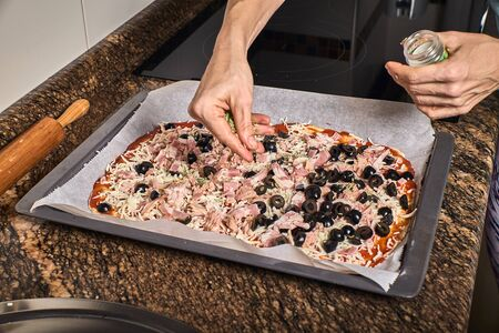 woman hands working on a dough to cook a tasty pizza Imagens