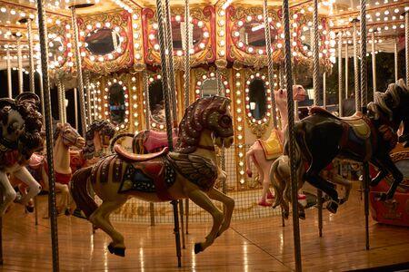 Pferde auf einem Karussell mit Lichter in einer Weihnachtsnacht - Partykonzept Standard-Bild