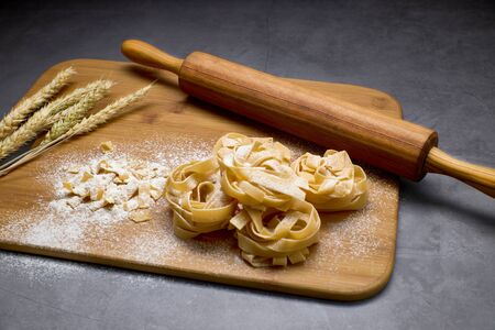 Italian pasta on a board with a wood kneader. Food concept Banque d'images