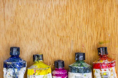 colores: Varios tubos de pintura de distintos colores